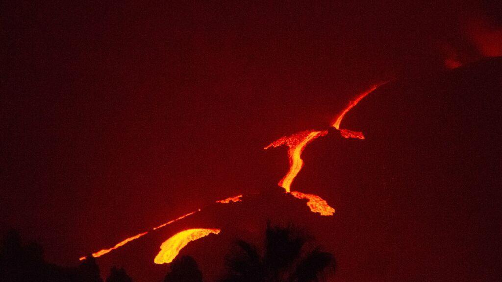 En directo: el volcán de Cumbre Vieja sigue expulsando lava mientras la ceniza obliga a cancelar todos los vuelos