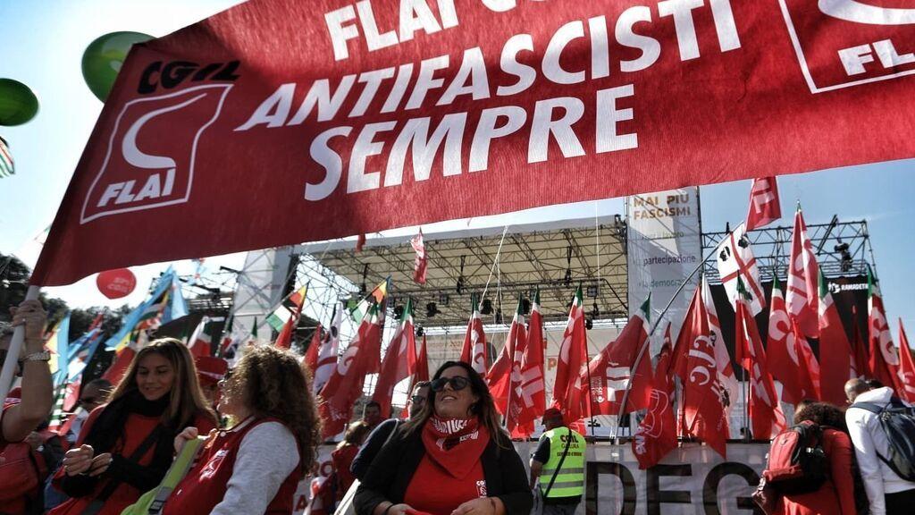 Miles de personas marchan en Roma en protesta por el ataque fascista contra la sede de la CGIL
