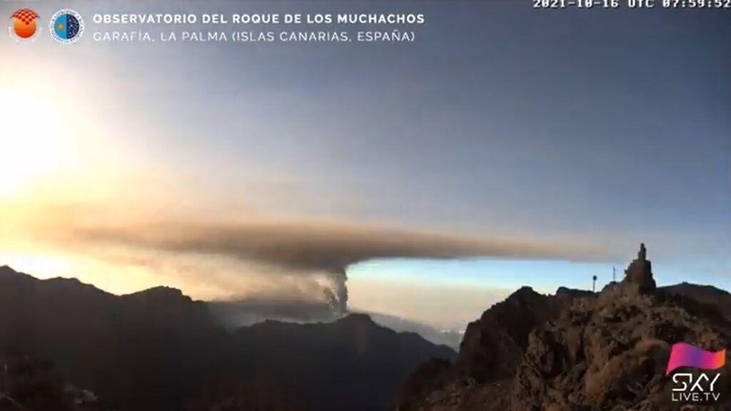Graban el momento en el que la nueva boca del volcán de La Palma emite cenizas