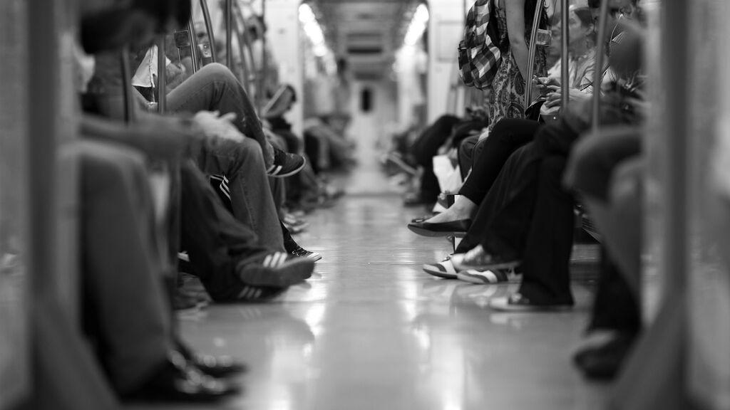 Un hombre agrede sexualmente a una mujer en el tren y los pasajeros no hacen nada para evitarlo