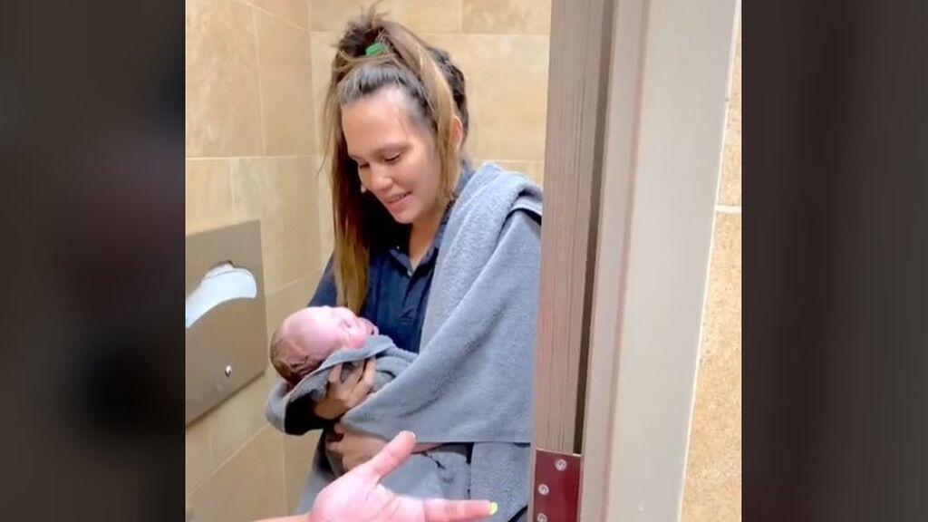 """Una joven da a luz ella sola en los servicios de una gasolinera: """"Sentí que tenía que ir al baño"""""""