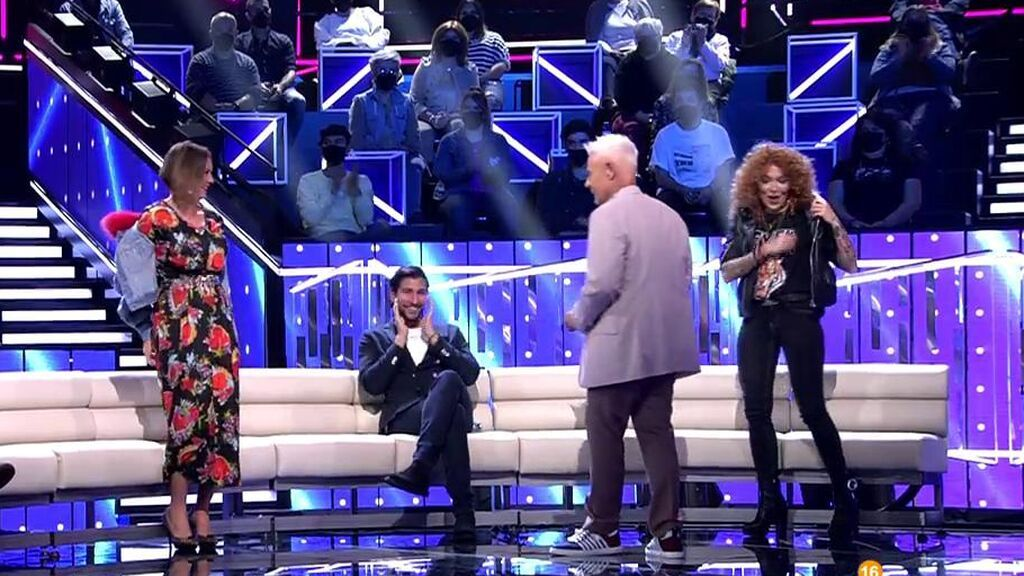 Sofía Cristo y María Jesús Ruiz se intercambian la ropa: el trueque de chaquetas en directo