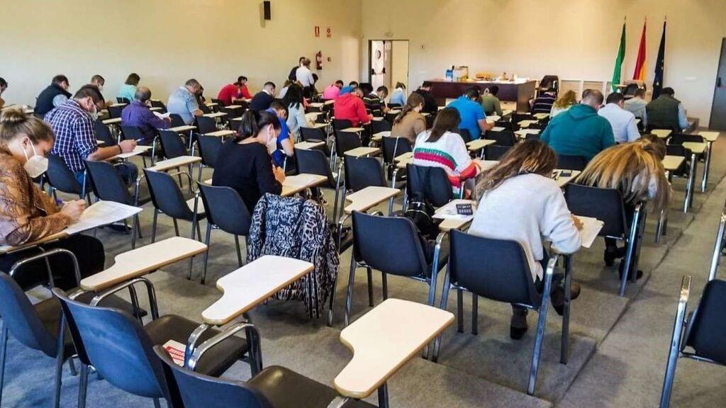 LA DGT prohíbe llevar mascarillas negras durante la realización de los exámenes en Badajoz