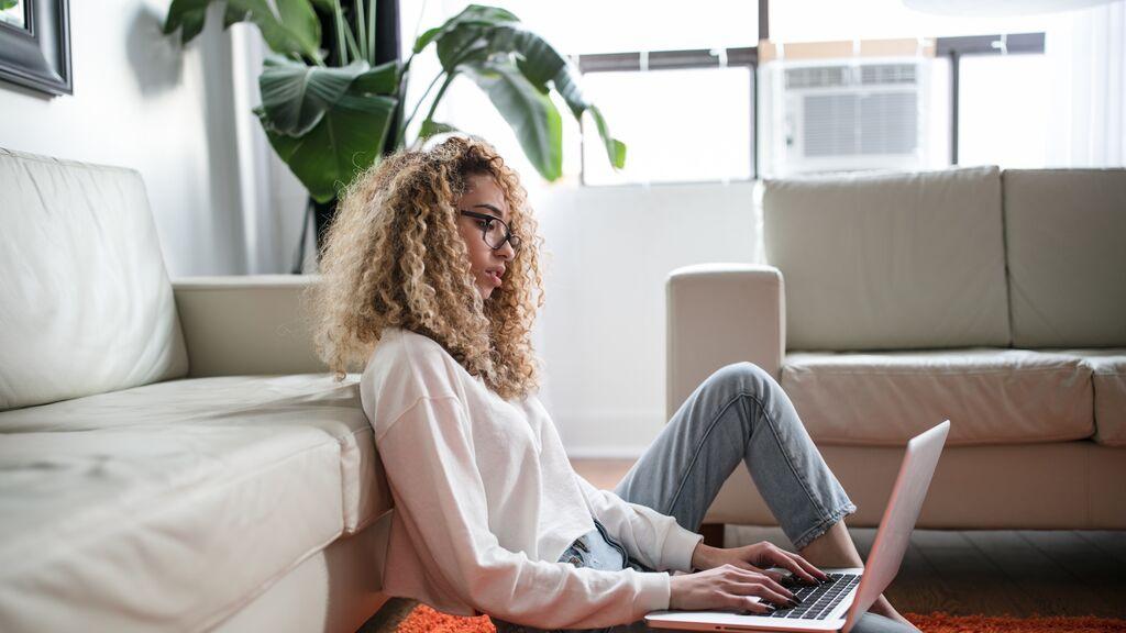 Chica con ordenador