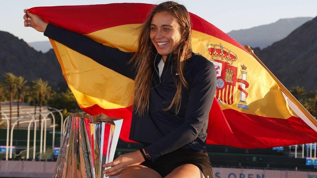 Paula Badosa posa con la bandera española en Indian Wells.