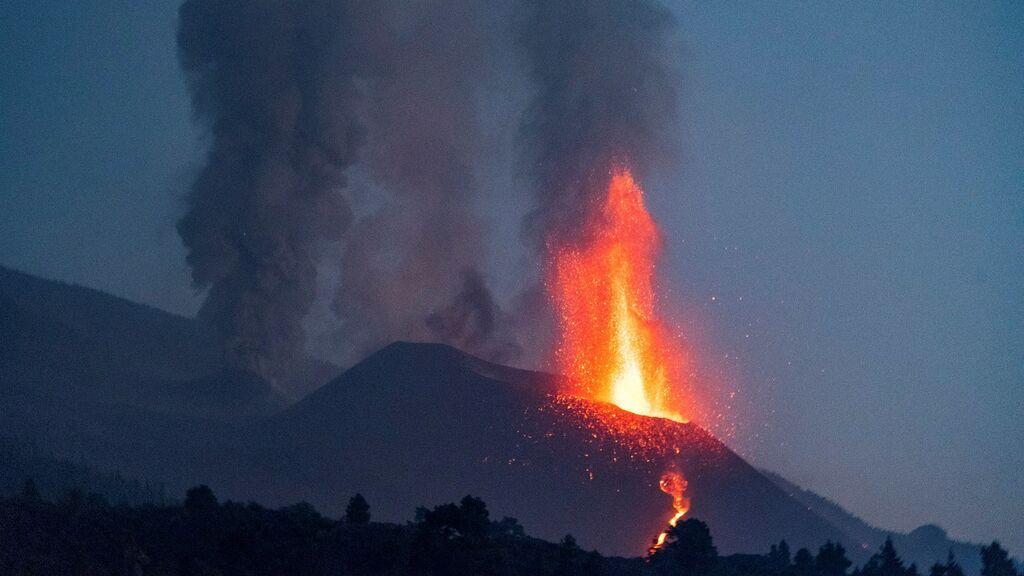La colada norte del volcán de La Palma, a 200 metros del mar, anuncia la creación de una segunda fajana