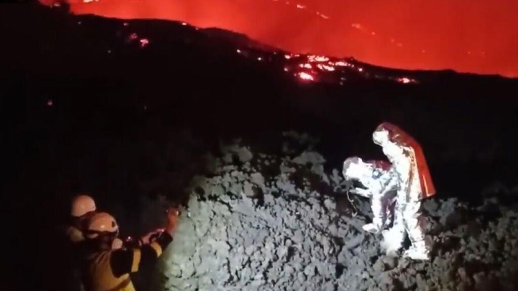 Los geólogos al pie del infierno en el volcán de La Palma