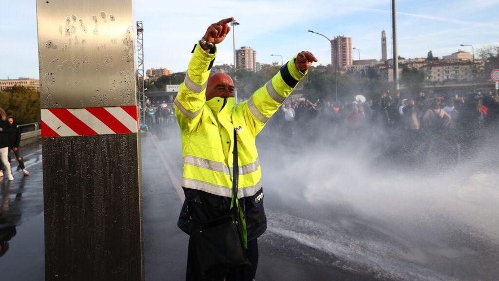 La policía italiana desaloja con cañones de agua la protesta contra el pase covid en el puerto de Trieste