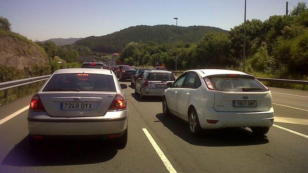 Retenciones kilométricas por el choque entre tres vehículos a la altura de Bilbao
