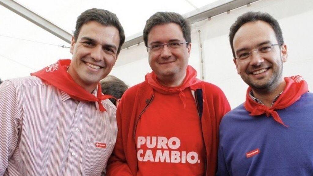 Pedro Sánchez, Óscar López y Antonio Hernando en 2020