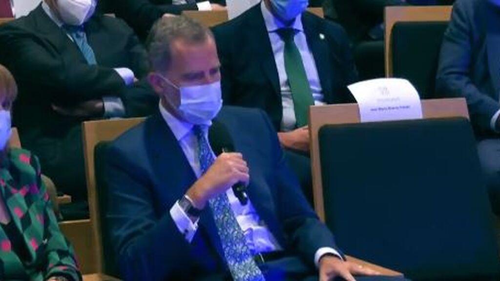 Felipe VI ejerce de periodista en un acto de Telefónica