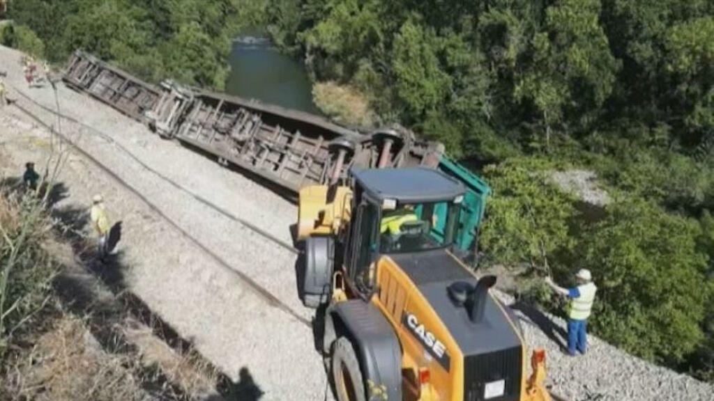 Multan a Adif con 45.000 euros por los dos vagones de tren que lanzó al río Sil en 2020