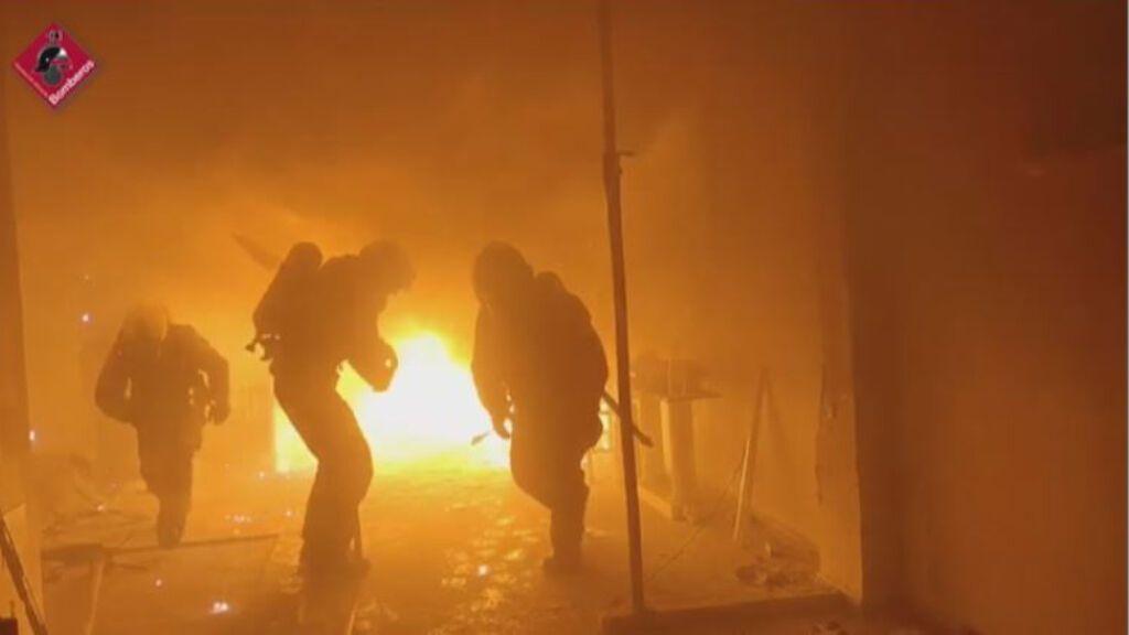 Los bomberos de Elche, sorprendidos por una explosión mientras extinguían el incendio de un taller