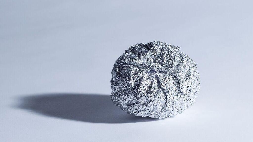 ¿Por qué debes meter tres bolas de papel de aluminio junto a la ropa al poner la lavadora?