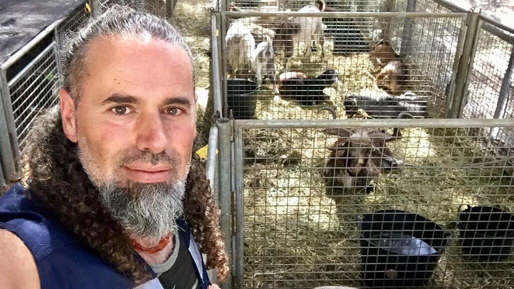 """Evaristo, al cuidado del ganado rescatado en La Palma: """"Ya hay hasta nacimientos, los corderos Lava y Volcán"""""""