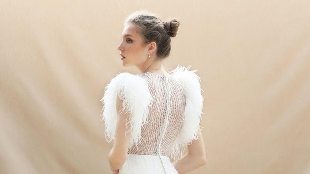 Los vestidos de novia con plumas siguen siendo una opción