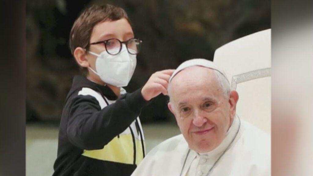 Un niño espontáneo consigue asiento al lado del papa Francisco y se lleva el 'zucchetto' de regalo