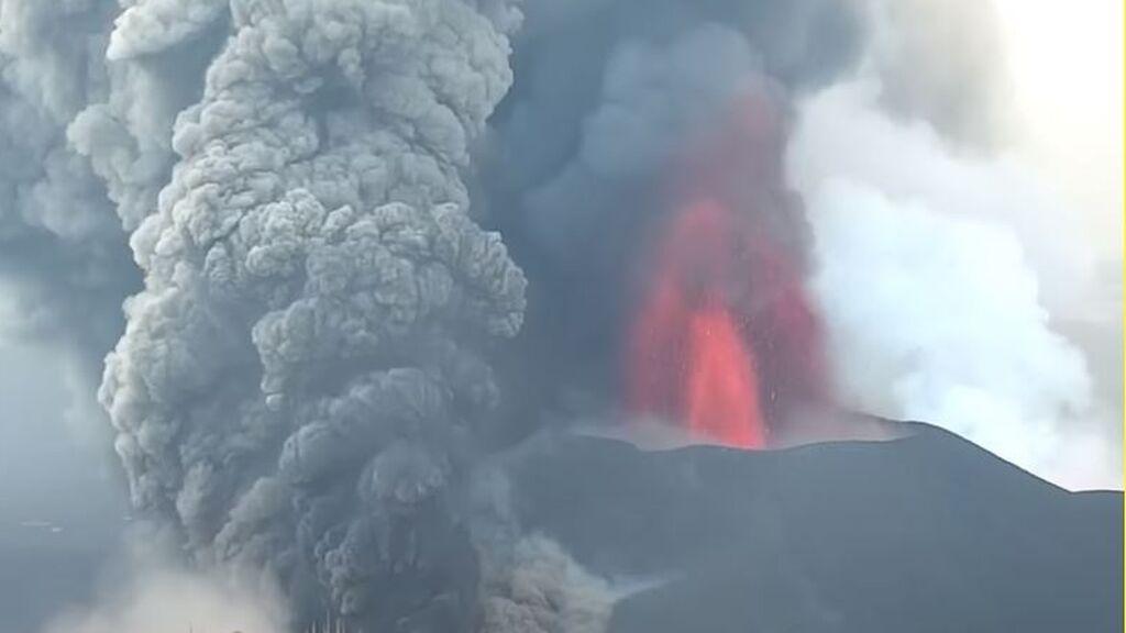 Una nueva boca en el volcán emite una gran nube gris que se suma a la nube rosa de la freatomagmática
