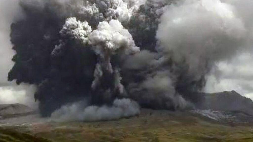 El Monte Aso, en una isla del suroeste de Japón, entra en erupción