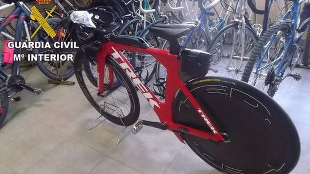 Detenido por abandonar a su bebé en un vehículo y huir tras robar una bicicleta de 8.000 euros