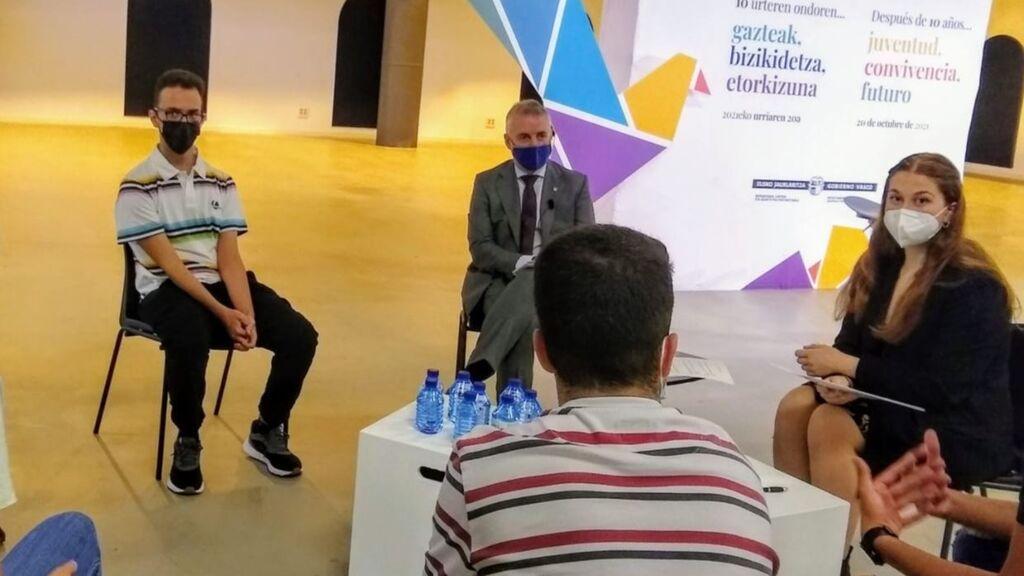El lehendakari durante su encuentro con jóvenes universitarios en el aniversario del fin de ETA