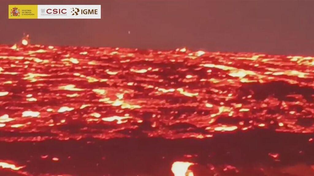 """Los geólogos toman muestras junto a """"un mar de lava hirviendo"""""""