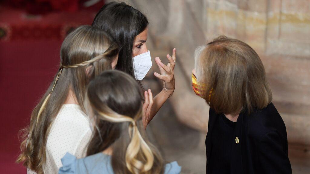 El despiste de Letizia en la foto con los premiados de los Princesa de Asturias