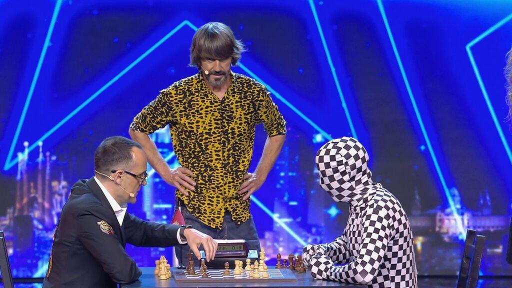 La tensa partida de ajedrez de Rey Enigma y Risto Mejide
