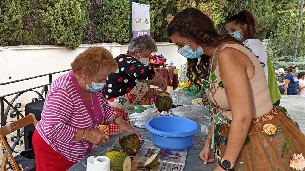 """Mayores de La Zubia enseñan a transformar """"melones que no servían"""" en farolillos"""