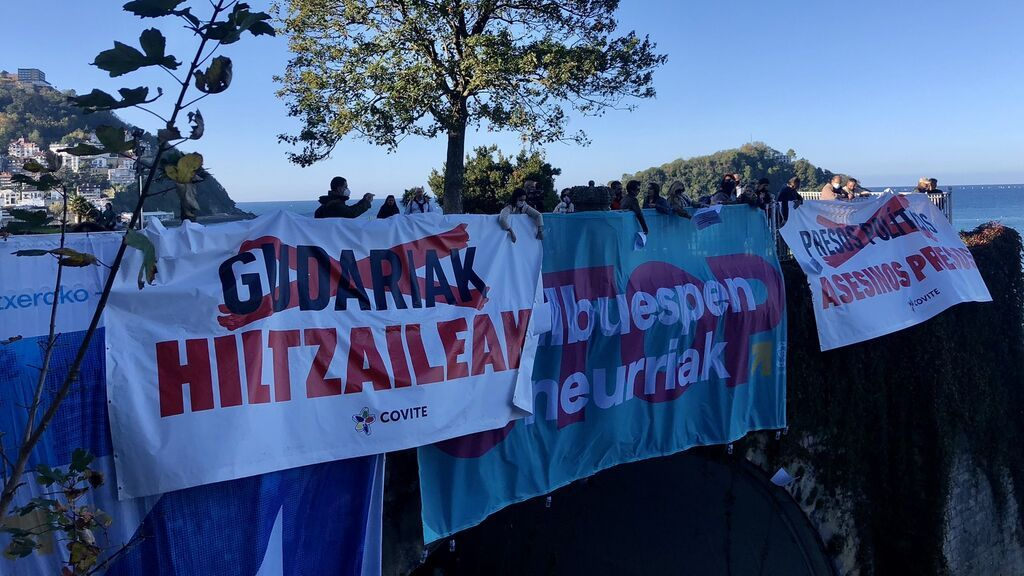 """Gritos de """"fascistas"""" a Covite por lanzar pasquines con nombres de víctimas en la marcha por los presos de ETA"""