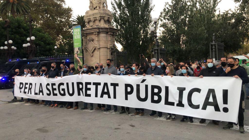 """Un millar de mossos y urbanos protestan en Barcelona por la """"dignidad policial"""""""