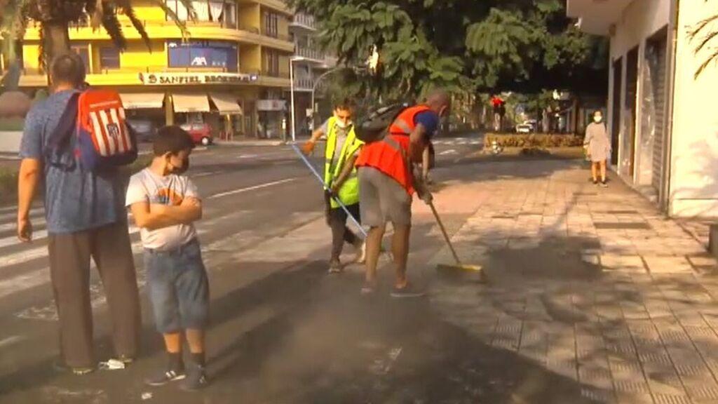 """Decenas de voluntarios retiran la ceniza en los pueblos afectados de La Palma: """"Se atascan los desagües"""""""