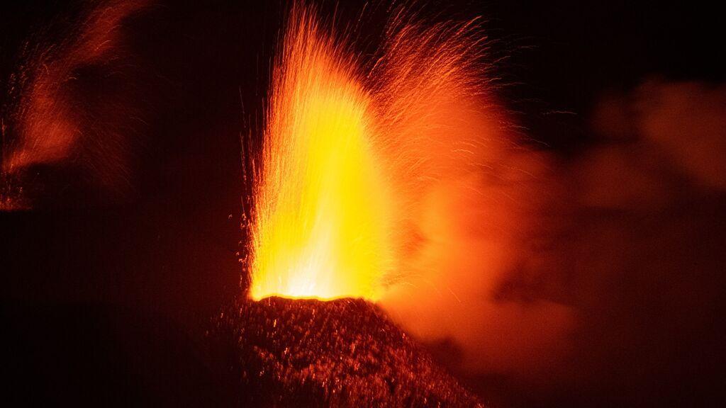 Parte del cono principal del volcán de La Palma sufre un derrumbe