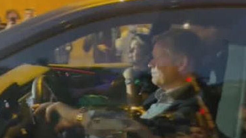 Koeman, increpado por aficionados que le insultan y golpean su coche tras el Clásico