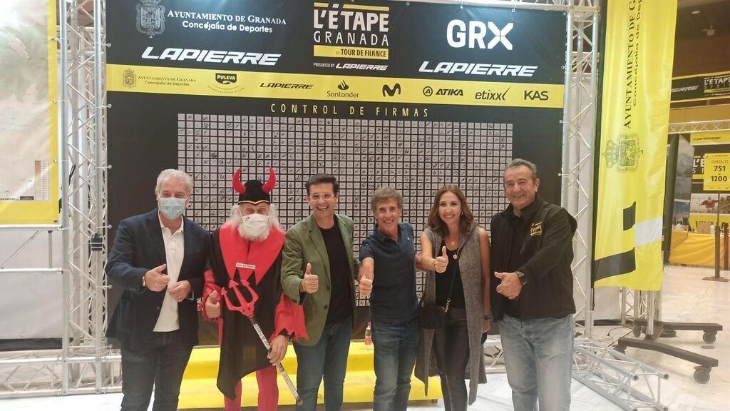 Más de un millar de ciclistas convierten a Granada en el centro de atención del Tour de Francia
