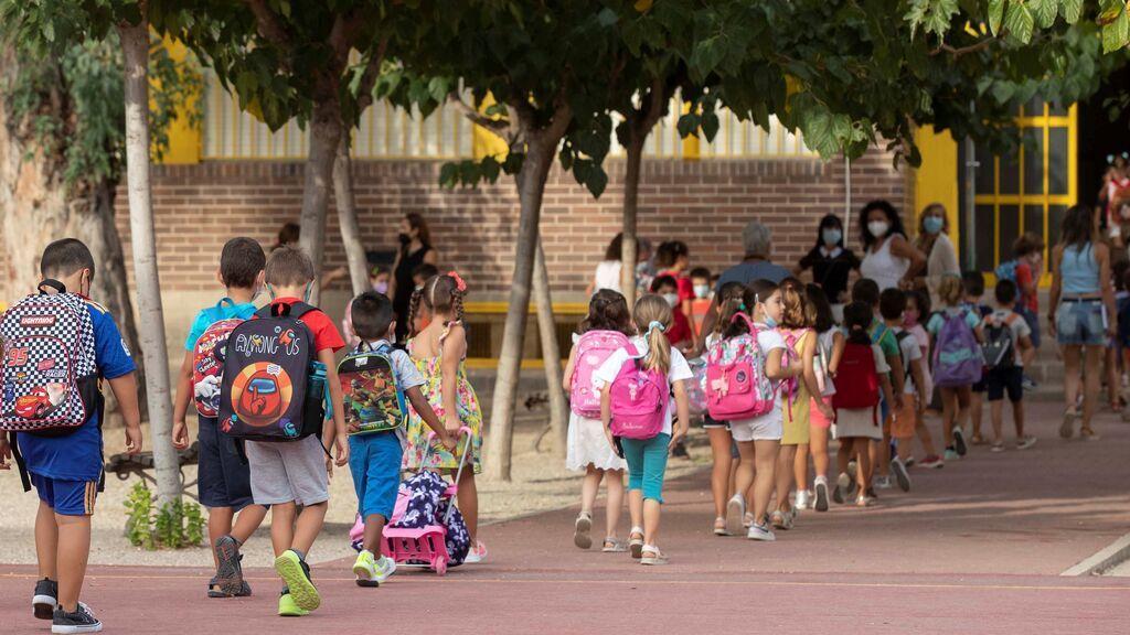 Miles de padres, contra las medidas anticovid: el colegio obliga a sus hijos a comer en el patio bajo la lluvia