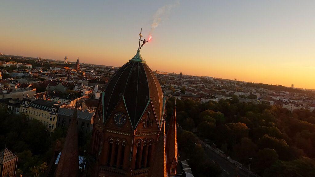 Pejac plasma el drama de los refugiados con una escultura sobre la cúpula de una iglesia en Berlín