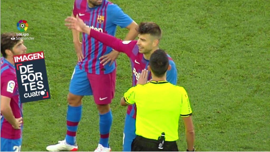 """El cabreo de Piqué con el árbitro del Clásico segundos antes del gol de Lucas: """"Es falta, míralo"""""""