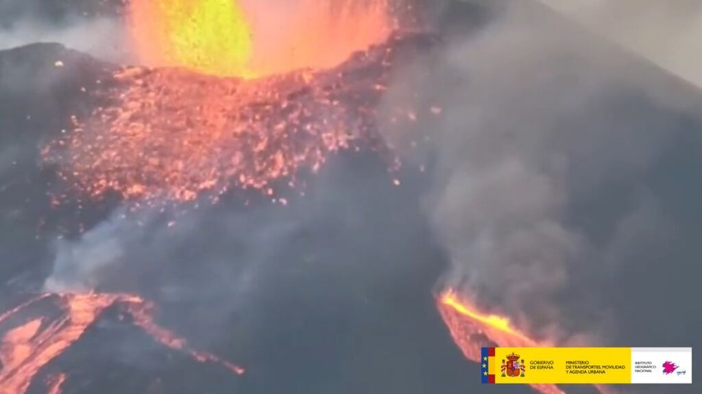 Así expulsa ceniza y lava de la parte superior del volcán de La Palma