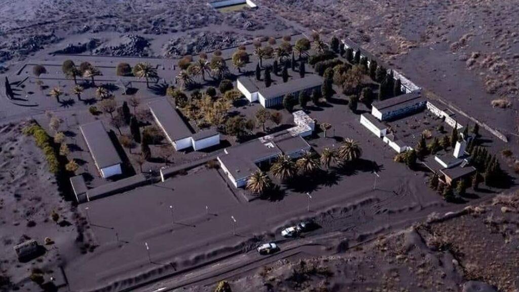"""La ceniza cubre el cementerio y la lava se acerca: """"Si el volcán se lo lleva, que sea después de los Santos"""""""
