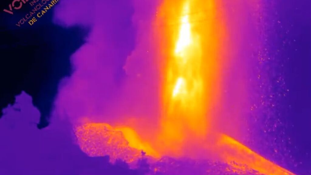El volcán lanza la lava a 600 metros de altura