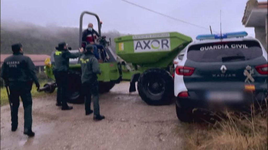 Embisten a un coche de la Guardia Civil para evitar el derribo de un puente en Cantabria