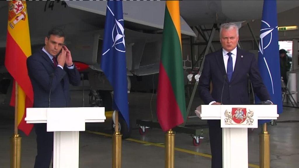 Sánchez interrumpe una rueda de prensa en Lituania por una amenaza aérea