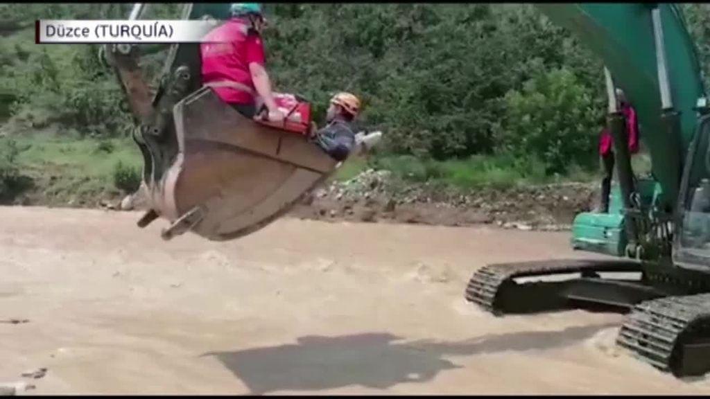 El laborioso rescate de Adile, una mujer de 85 años atrapada en su casa de Turquía tras las fuertes lluvias