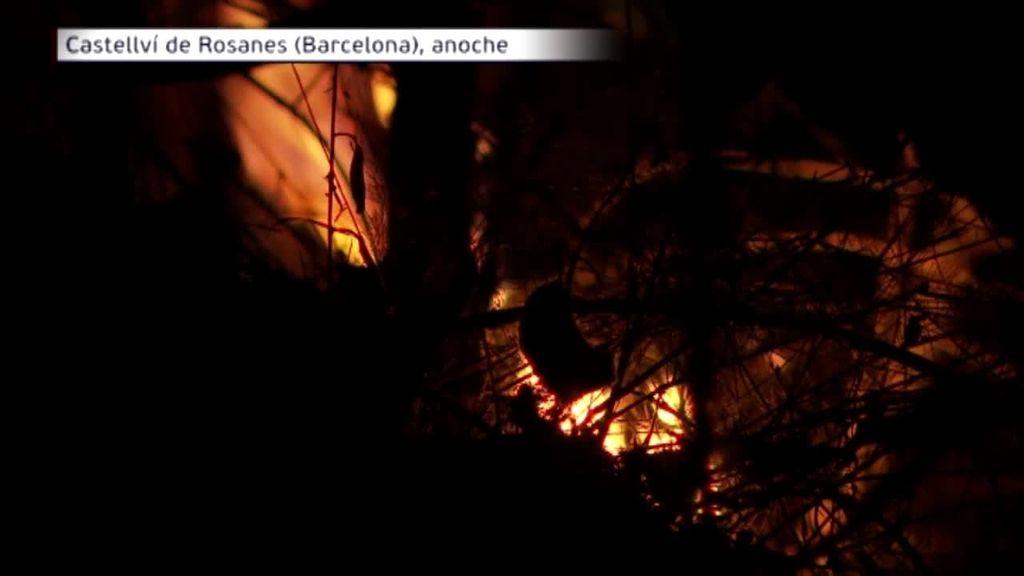 El incendio de Castellvi de Rosanes sigue activo tras una noche de batalla contra las llamas