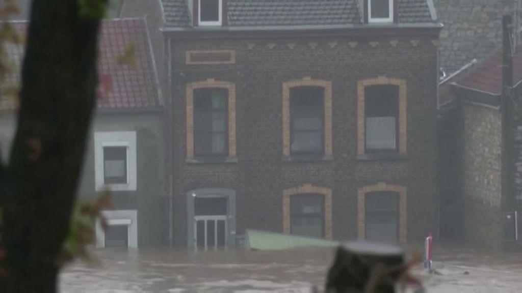 En las calles de Bélgica solo se ven escombros y agua