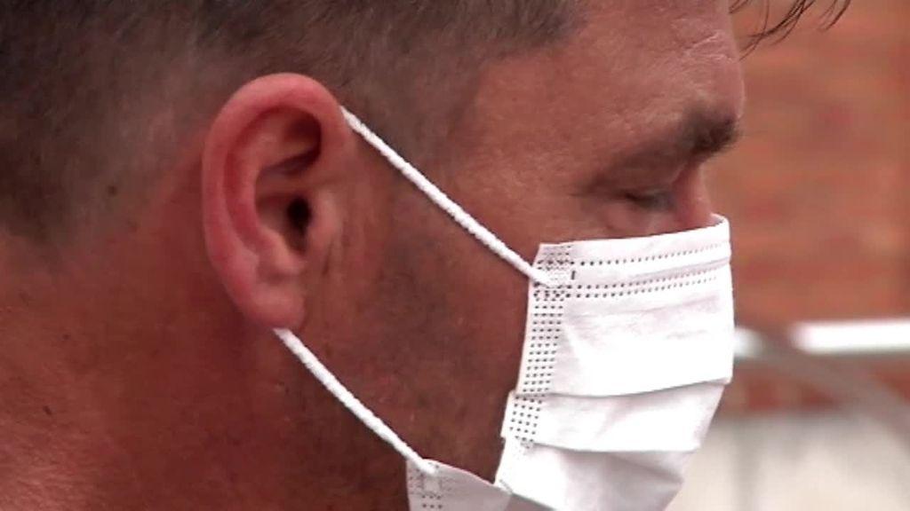 El padre del joven agredido en Amorebieta, roto de dolor, acude al hospital: su hijo se debate entre la vida y la muerte