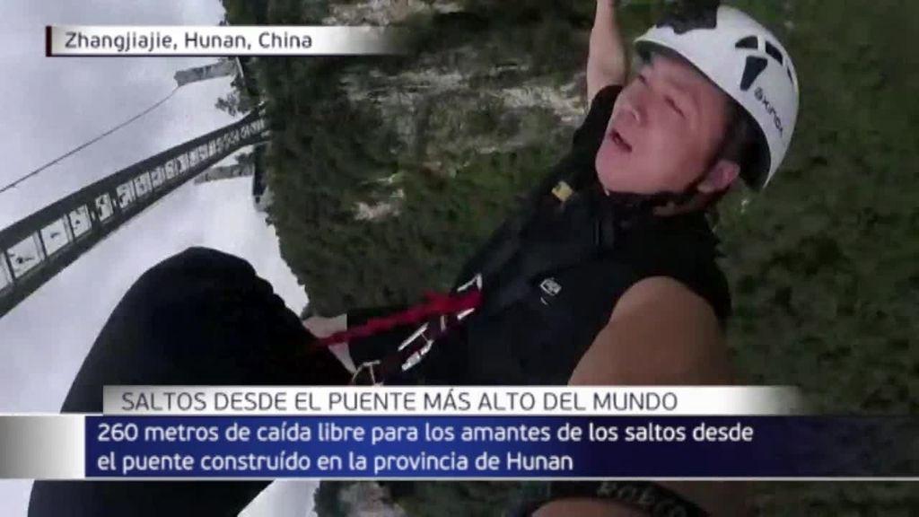 El puénting alcanza una nueva dimensión en China: 260 metros de caída libre desde el puente de cristal de Zhangjiajie
