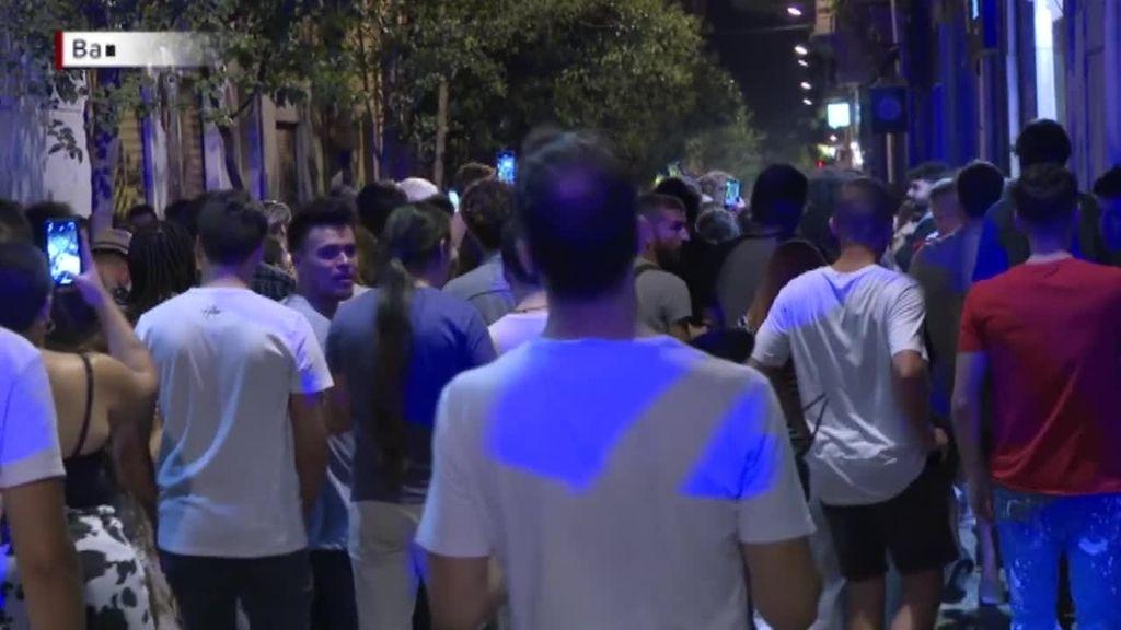 Los jóvenes celebran el final del toque de queda en las calles de Barcelona