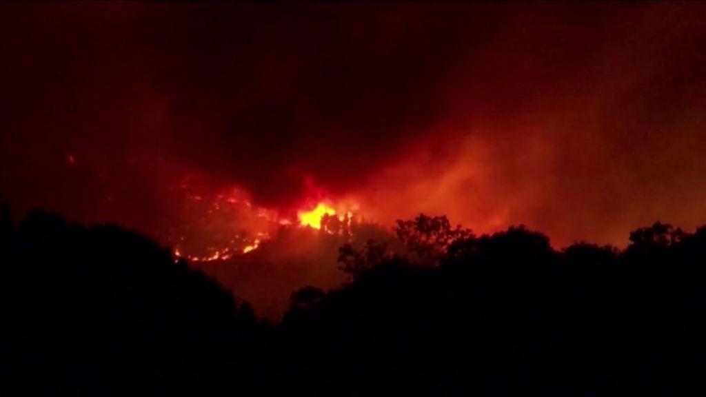 Las llamas iluminaron el cielo de Málaga por quinta noche consecutiva, aunque los bomberos confían en las lluvias